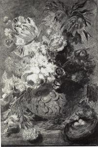 Bloemstilleven in een terracotta vaas, versierd met putti, en een vogelnest op een tafel