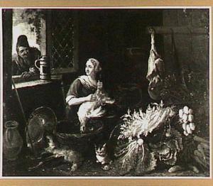 Man kijkt door een venster naar vrouw die kip schoonmaakt