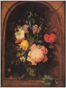 Bloemen in een glazen beker, met een hagedis en een juffertje-in-het-groen, in een nis