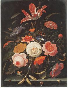 Bloemen en een takje met erwten in een glazen vaas