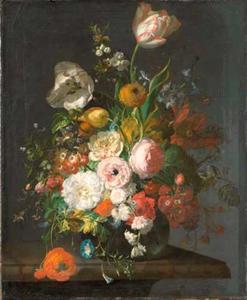 Tulpen en andere bloemen in een glazen vaas