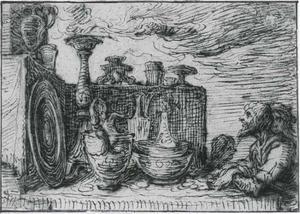 Uitstalling van kostbaar vaastwerk gadegeslagen door een man, vrouw en een kind