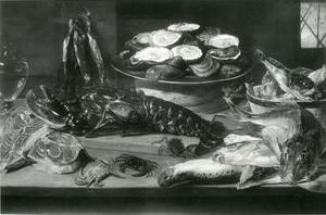Een visstillleven met een kreeft, oesters, zalmmoten en een kat op een tafel