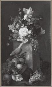 Stilleven met vruchten, bloemen en een papegaai