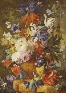 Bloemstilleven in een terracotta vaas met keizerskroon en appelbloesem in top en een standbeeld van Flora