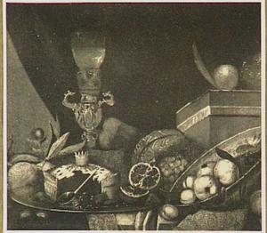 Stilleven met vruchten, porselein, glaswerk, doos en pastei
