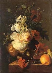 Bloemen in een vaas en vruchten op een marmeren plint
