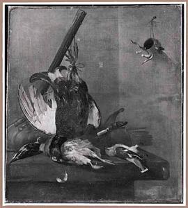 Jachtstilleven met een korhoen, een patrijs, een ijsvogel, een pestvogel en een weitas op een stenen tafel