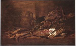 Stilleven met kat, vis, asperges, een schaal aardbeien en een steengoed kruik op een tafel