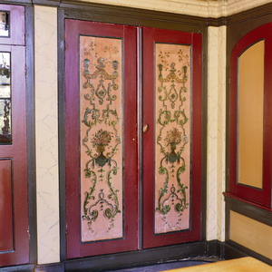 Paneeldeuren beschilderd met ornamenten in Marot-stijl