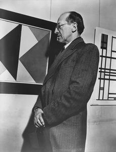 Piet Mondriaan op de tentoonstelling 'Masters of Abstract Art' in Helena Rubensteins New Art Center