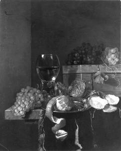 Sttilleven met een roemer, oesters en fruit op een stenen tafel