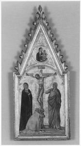 De kruisiging met daarboven een Madonna in een medaillon