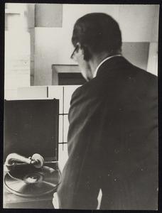 Piet Mondriaan met platenspeler in zijn atelier