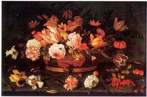 Bloemen in een mand op een stenen plint met daarvoor vruchten, insekten en losse bloemen