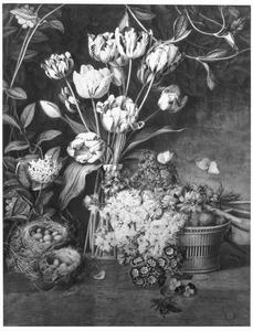Stilleven met tulpen, ridderspoor, sleutelbloem en twee vogelnestjes op een houten tafel