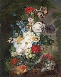 Boeket bloemen in een glazen vaas met een vogelnestje op een plint met in de achtergrond een parklandschap
