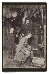 De kunstenaars Pieter Cornelis de Moor, Simon Moulijn (met palet) en Derk Wiggers (staand) in hun atelier te Rotterdam