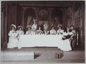 Groepsportret met Margaretha Jacoba Wilhelmina Beelaerts van Blokland (1886-1961) en Johanna Maria ten Bosch (1886-...)
