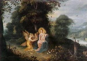 De Madonna met kind aanbeden door engelen in een bosrijk landschap