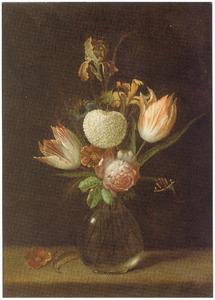 Stilleven van tulpen, rozen, lissen, en een sneeuwbal in een glazen vaas met een vlinder op een tafel