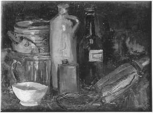 Stilleven met flessen, bierglas en aardewerk