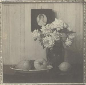 Glazen vaas met bloemen, vruchten op schaal