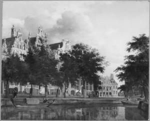 Stadsgezicht met Herengracht 174-168 in Amsterdam en op de achtergrond het stadhuis van Haarlem