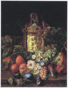 Stilleven met vruchten, bloemen en een ivoren drinkkan