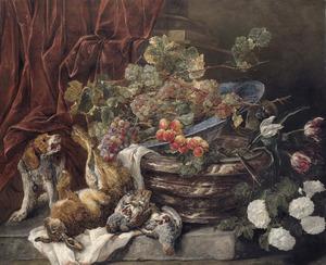 Hond bij een koelvat waarop een porseleinen schaal met druiven is geplaatst, rechts sneeuwballen en tulpen en links een haas en twee patrijzen