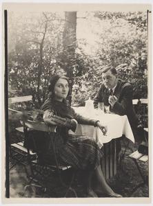 Herbert Fiedlermet zijn vriendin Vera op een terras