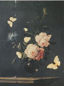 Bloemen in een glazen vaas op een stenen tafel, omringd door vlinders