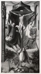 De gekruisigde Christus opgetild en omgeven door drie engelen