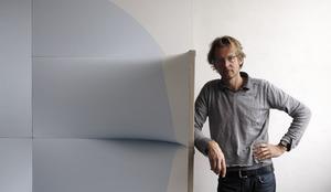 Portret van Jan Maarten Voskuil in zijn atelier