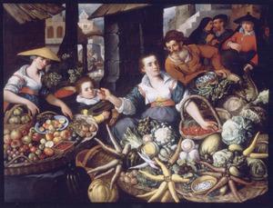 Markttafereel met twee jonge vrouwen en een jongen achter een vruchten- en groentenuitstalling; een oudere man kijkt toe