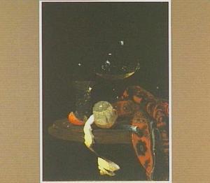 Stilleven met wijnglas, roemer en geschilde citroen op een tafel