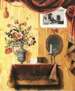 Trompe-l'oeil van een vaas met bloemen, inktpot en een kandelaar op een gedrapeerd tafelkleed op een houten blad met in de achtergrond een Hollandse prent en een spiegel hangend aan een houten muur