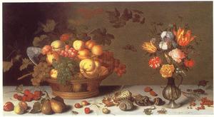 Stilleven met vruchten in mand, bloemen in glazen kannetje, insekten en schelpen