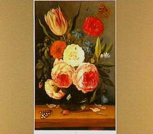 Bloemen in een glazen vaas met vele insecten op een houten tafel