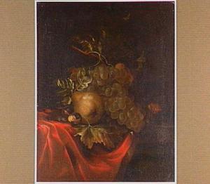 Stilleven van druiven, een peer, kastanjes en een muisje