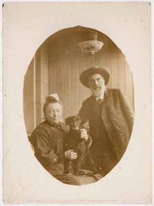 De Scheveningse antiquair Jurriaan Bruyne en zijn vrouw J.H. Bruyne-Susenaar met hond