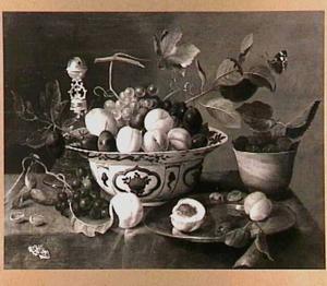 Vruchten in kommen en op een schaal, met een tafelbel.