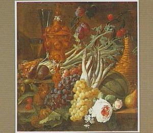 Stilleven van vruchten, groente, glaswerk en pronkbeker