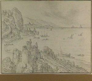 Rotsachtig kustlandschap met vestingwerken en boten