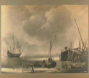 Schepen voor de kust met rechts een aanlegsteiger