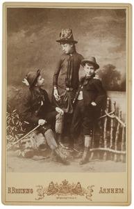Portret van Elize Christine (Lize) van der Haer (1873-?), Marius Albert van der Haer (1874-?) en Philip Maurits (Mauke) van der Haer (1877-?)