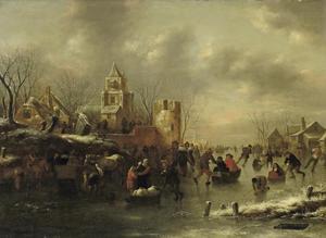 Winterlandschap met figuren op een bevroren vaart buiten een stad