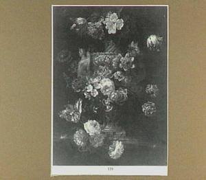 Bloemstilleven rond een geornamenteerde tuinvaas op een stenen plint