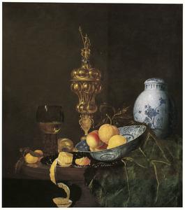 Pronkstilleven met akeleibeker, roemer, porselein en vruchten