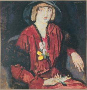 Zittende vrouw gekleed in rode jurk, met zwarte hoed en stola